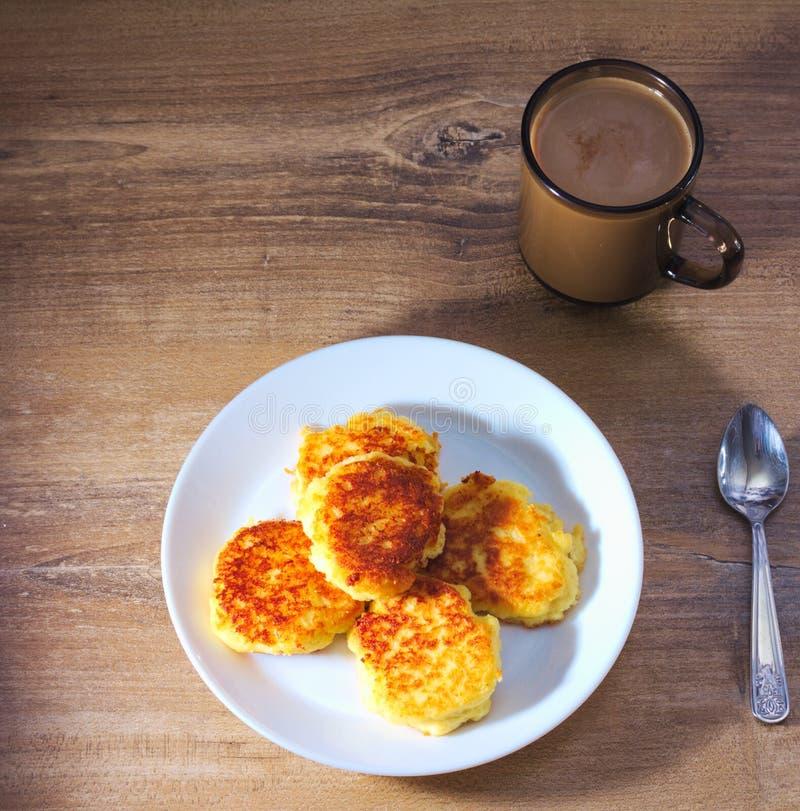 与油煎的外壳的村庄Ñ  heese薄煎饼与与转动和咖啡 库存图片