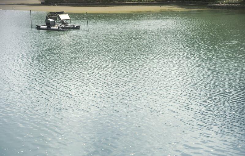 与波纹和阳光反射的水表面 图库摄影