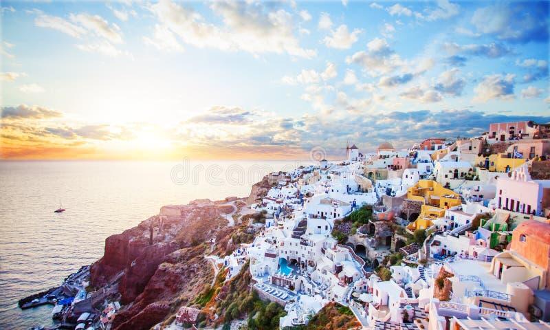 与海、天空和云彩的美好的圣托里尼海岛风景 Oia镇,希腊地标 免版税库存照片