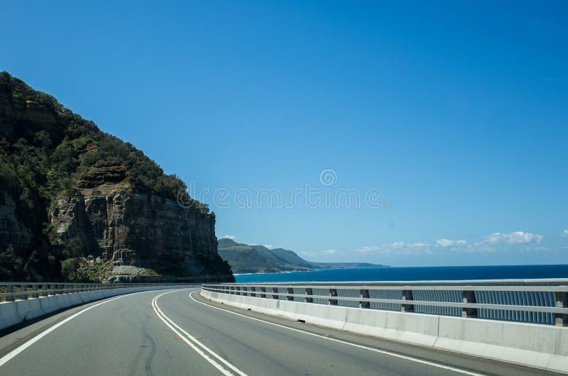 与海峭壁桥梁,伍伦贡澳大利亚的风景海岸 免版税库存照片