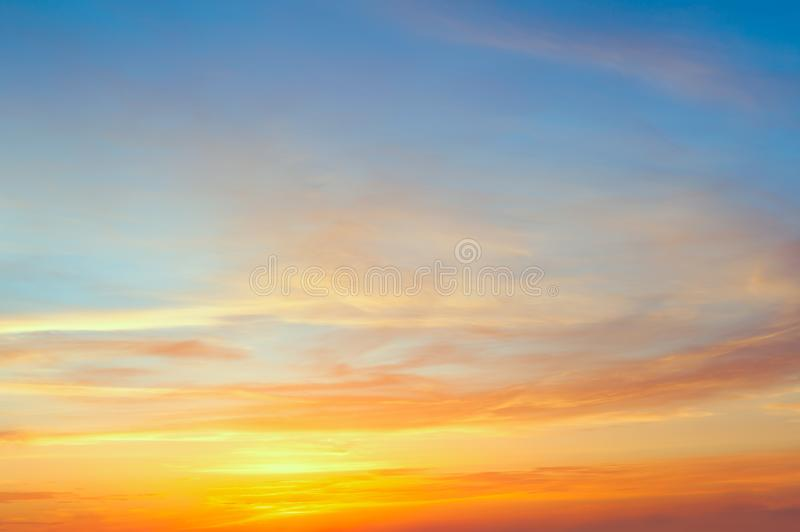 与柔和的五颜六色的云彩的庄严日出日落天空 免版税库存照片