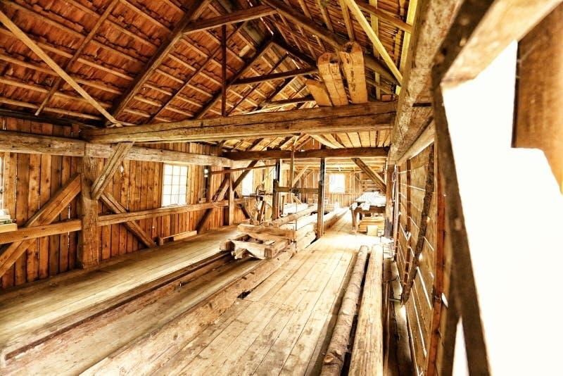 与木屋顶的历史的锯木厂内部 免版税库存图片