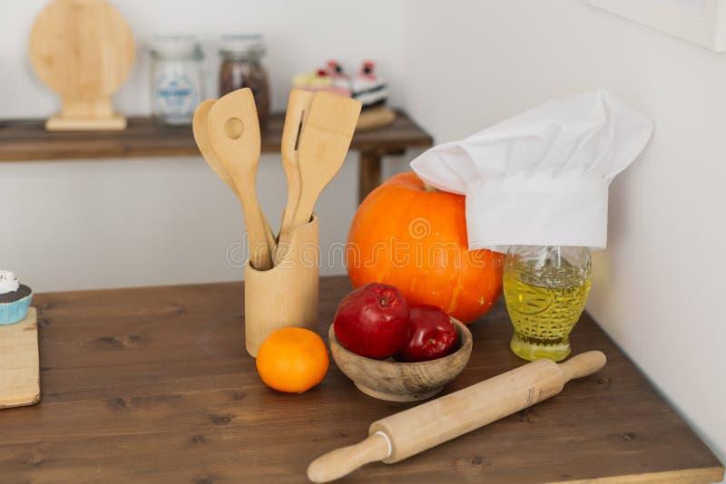 与木匙子滚针和厨师的帽子的厨房角落 图库摄影