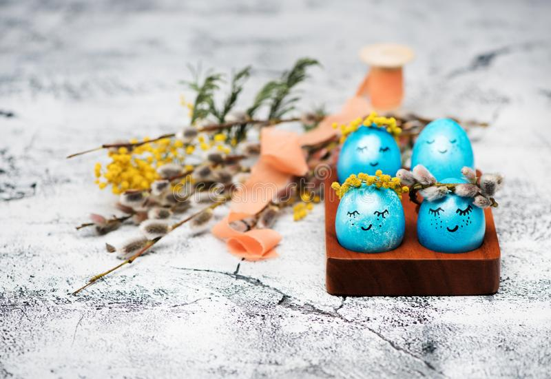 与春天花花圈的复活节蓝色鸡蛋  免版税库存图片