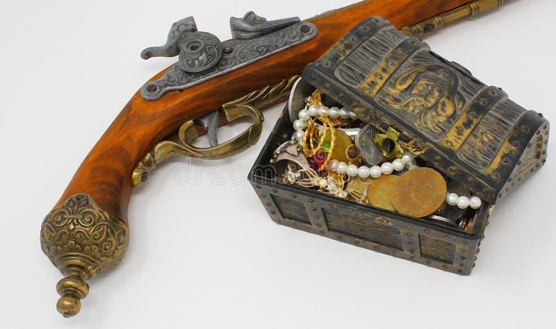与手枪枪的海盗珍宝 免版税库存图片