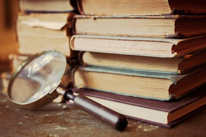 与放大镜的古色古香的书 免版税库存照片