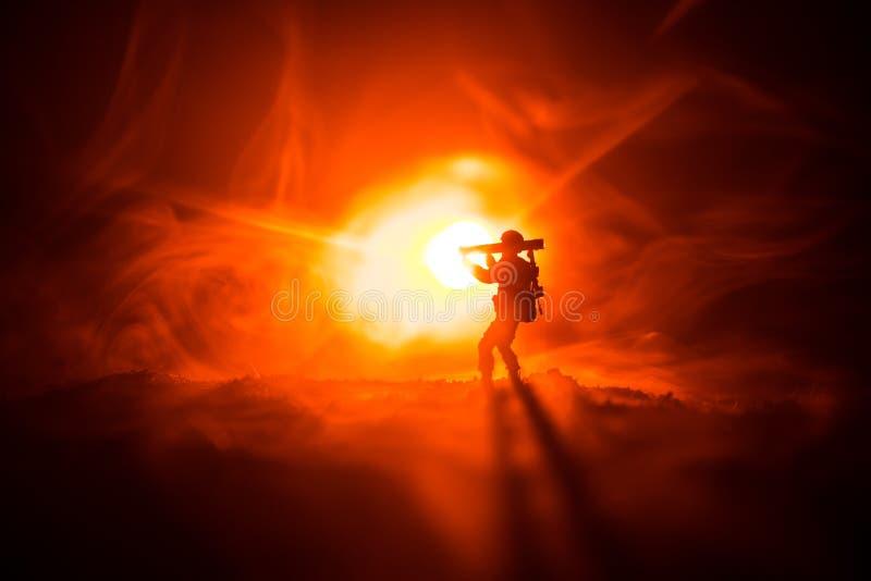 与火箭筒的军事战士剪影 战争概念 与在战争雾天空背景,战士的军事剪影场面战斗 免版税库存图片