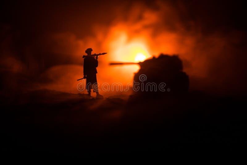 与火箭筒的军事战士剪影 战争概念 与在战争雾天空背景,战士的军事剪影场面战斗 免版税图库摄影