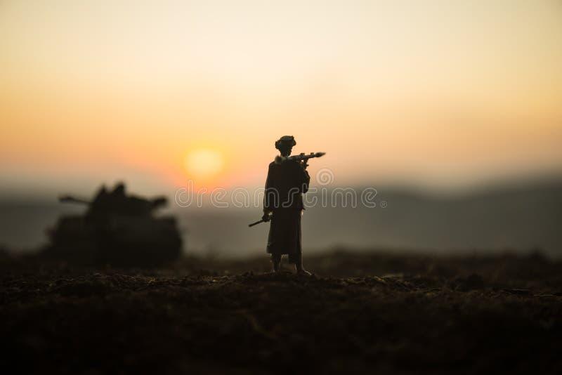 与火箭筒的军事战士剪影 战争概念 与在战争雾天空背景,战士的军事剪影场面战斗 库存图片