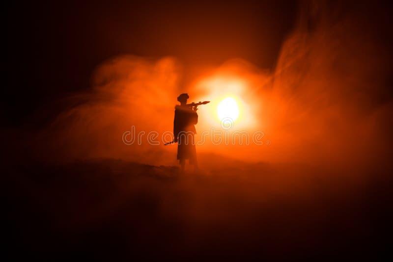 与火箭筒的军事战士剪影 战争概念 与在战争雾天空背景,战士的军事剪影场面战斗 免版税库存照片