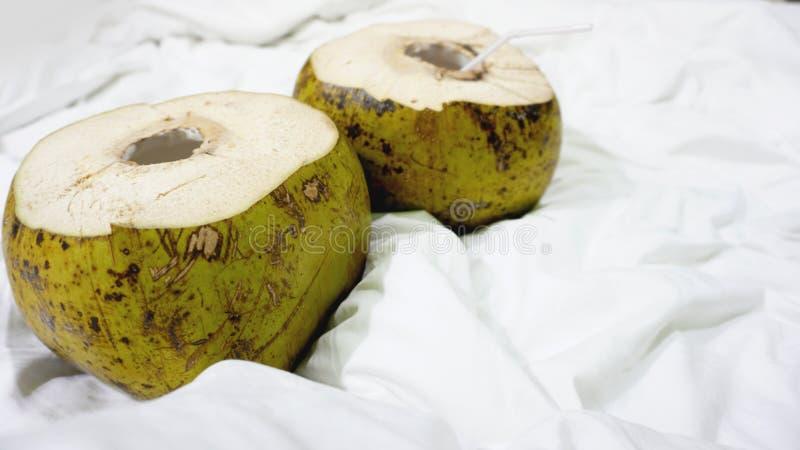 与秸杆的新鲜的绿色椰子准备好对喝 免版税库存图片
