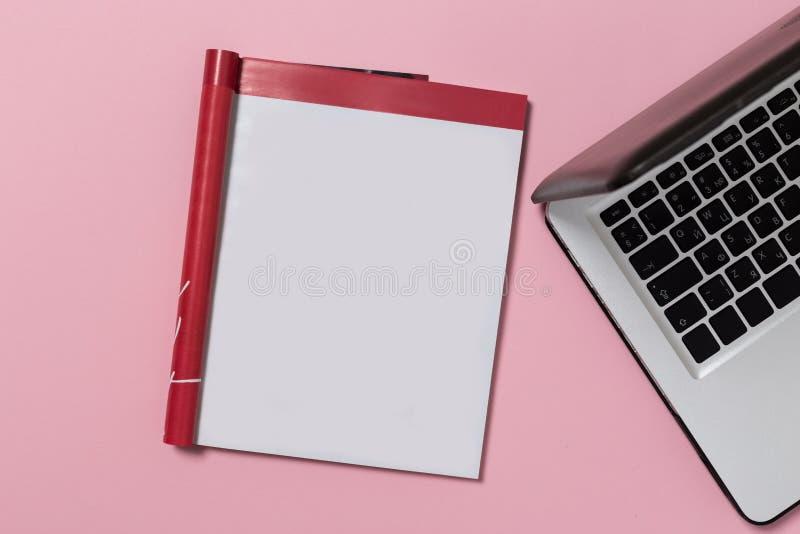 与空白的笔记本的办公室桌面视图 库存图片