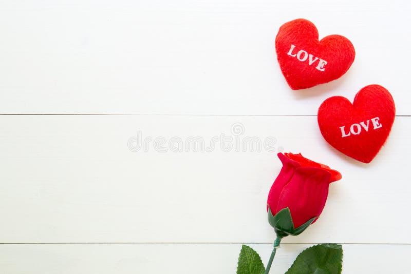 与红色玫瑰色花和心形在木桌上,2月14日的当前礼物与浪漫拷贝空间,华伦泰的爱天 免版税库存照片