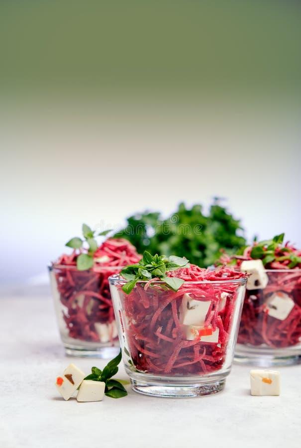 与绿色的健康有机甜菜沙拉 免版税库存照片