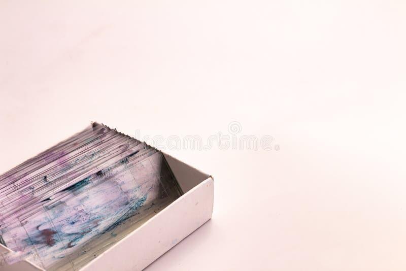 与组织学切片检查法片断的小玻璃在一个箱子的在白色背景 免版税库存图片