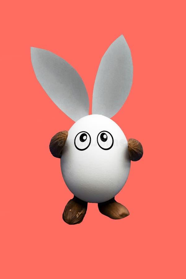 与眼睛、胳膊和腿的赋予生命的滑稽的鸡鸡蛋 库存图片