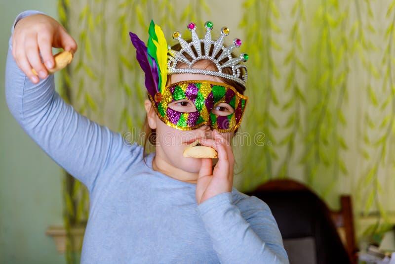 与狂欢节面具的滑稽的女孩天党普珥节庆祝概念 库存图片