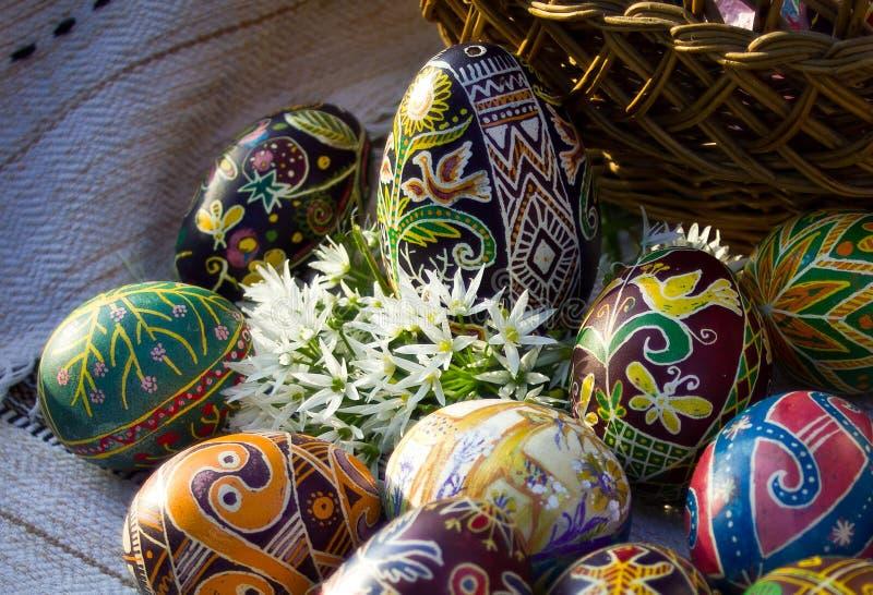 与白花的复活节彩蛋特写镜头 免版税库存照片