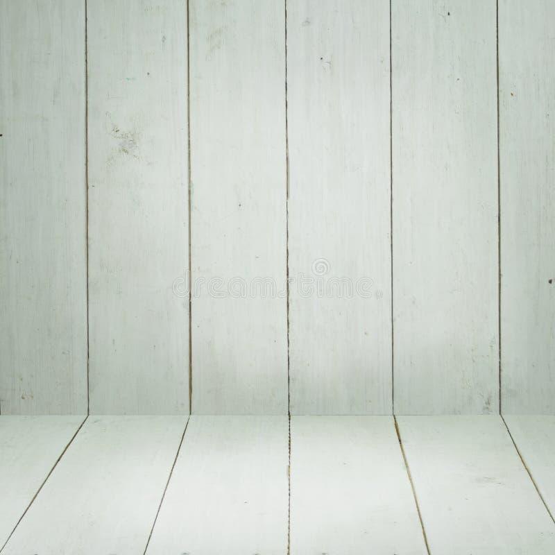 与白色土气木墙壁和白色木地板的摘要空的白色背景 库存照片