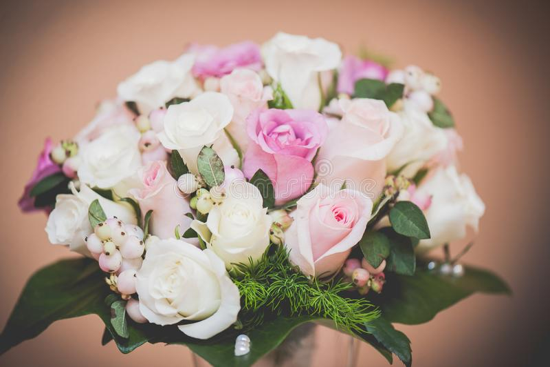 与白色和桃红色玫瑰的可爱的新娘花束 免版税库存照片