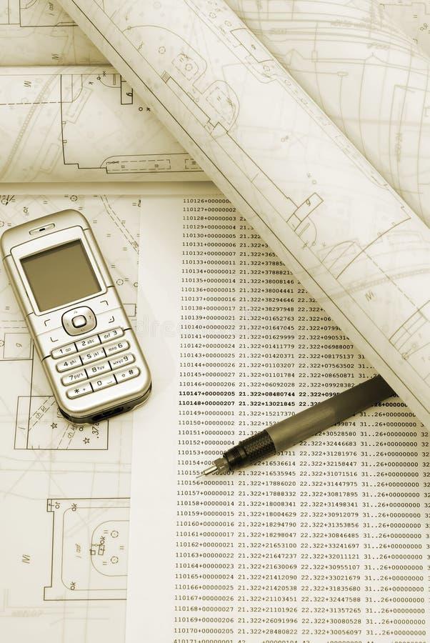 与电话和笔的滚动的体系结构计划 库存图片