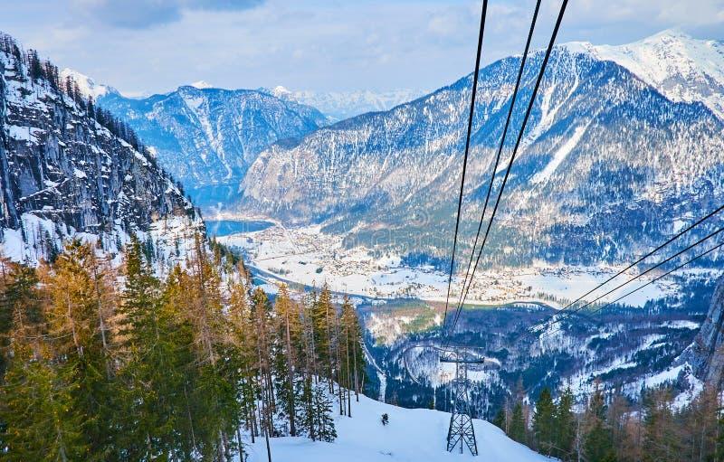 与电车导线的山风景,上特劳恩,萨尔茨卡默古特,奥地利 库存图片
