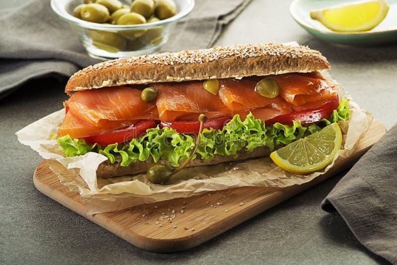 与菜的健康三文鱼三明治 免版税库存照片