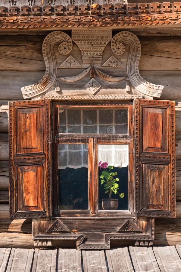 与被雕刻的框架的美丽的老窗口在俄国村庄 库存照片
