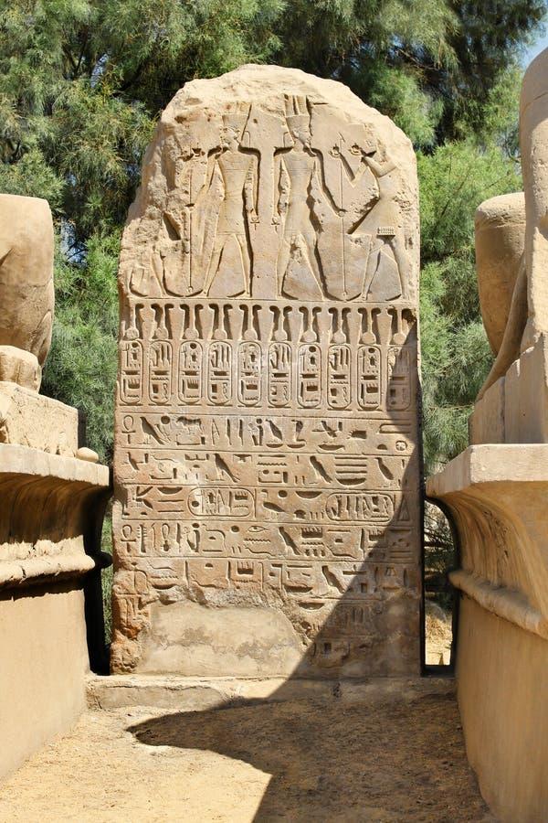 与象形文字的古老埃及石头在卡尔纳克寺庙 免版税库存照片