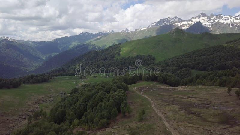 与路,石头,在阿布哈兹山的水流量的绿色山谷 库存照片