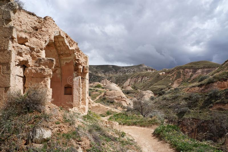 与老石房子废墟的春天风景  库存图片