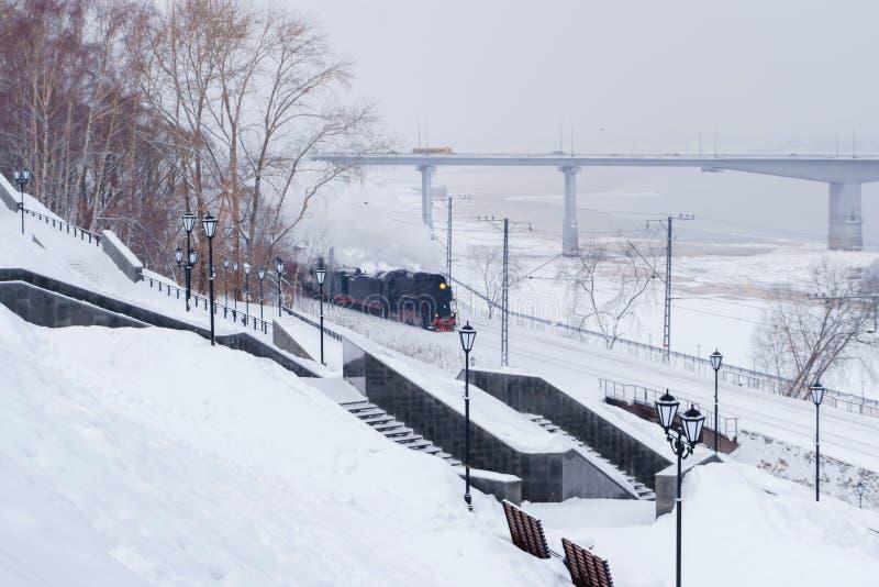 与蒸汽火车的冬天风景 免版税库存图片