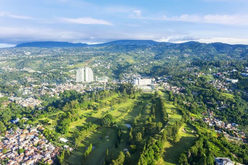 与高尔夫球场的美好的万隆都市风景 图库摄影