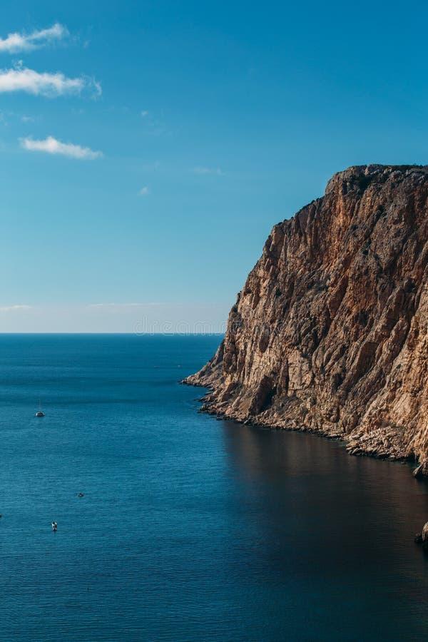 与高峭壁的美丽的克里米亚半岛岩石好日子、夏天自然风景旅行的和休息的海岸和海 库存照片
