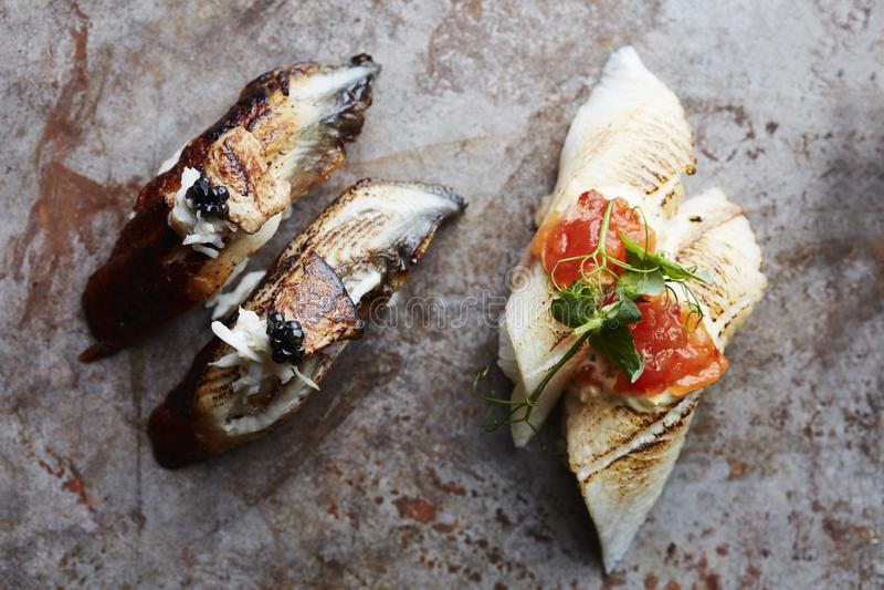 与鱼子酱和金顶部的食家寿司 库存照片