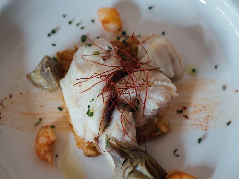 与鱼和大虾的精妙的盘在豪华餐馆 图库摄影