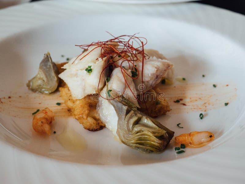 与鱼和大虾的精妙的盘在豪华餐馆 免版税库存图片