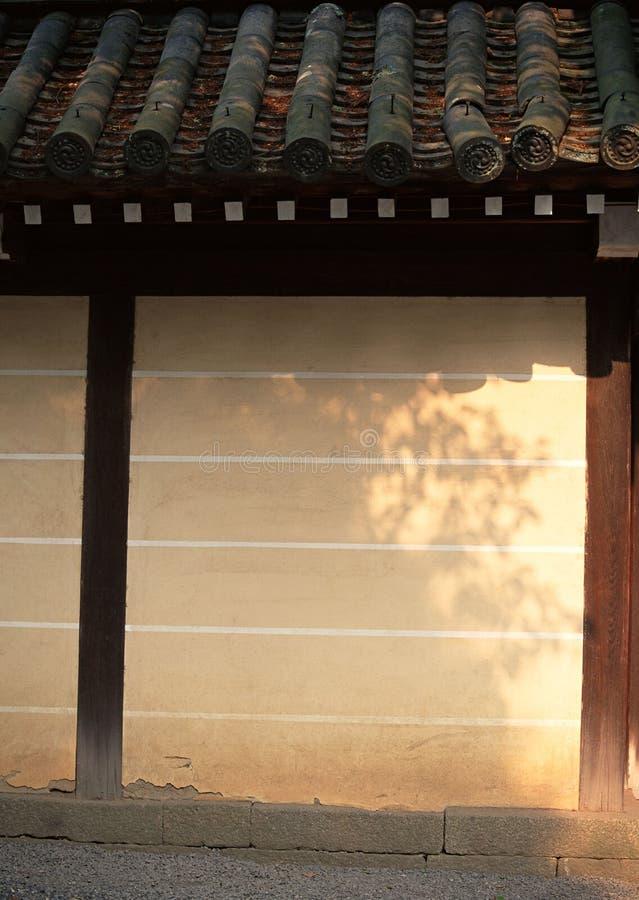 与黑暗的木细节和瓦背景的日本棕色墙壁背景 免版税图库摄影