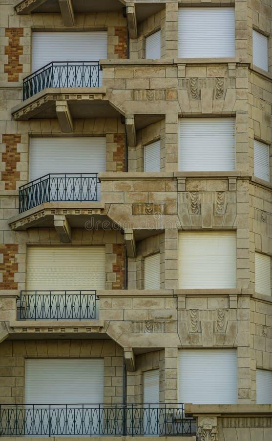 与阳台和闭合的路辗快门,比利时城市建筑学的美丽的葡萄酒大厦 免版税库存照片
