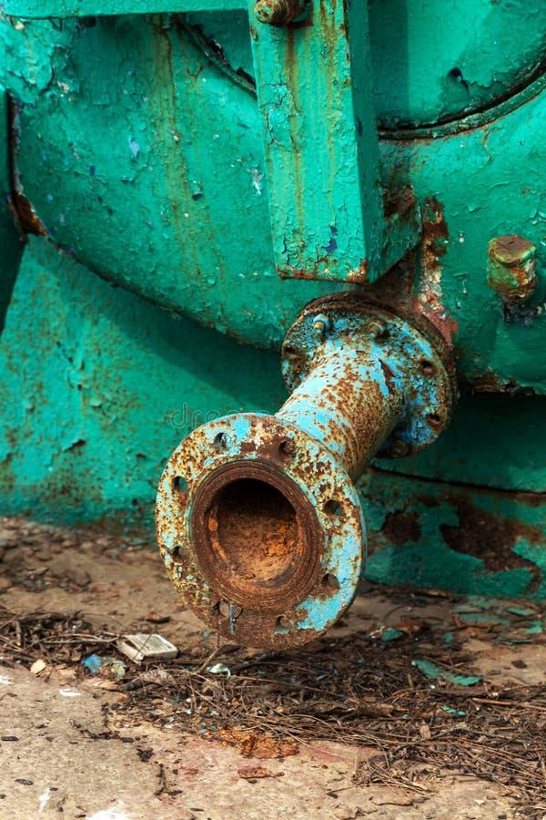 与铁锈踪影的老大老生锈的汽车储水箱放弃了废生锈的被绘的金属车坦克,水桶 生锈 免版税库存图片
