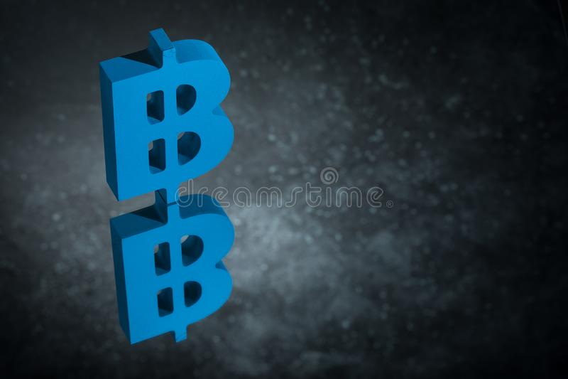 与镜象反射的蓝色Bitcoin货币符号在黑暗的多灰尘的背景 皇族释放例证