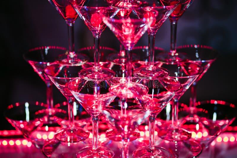 与酒精鸡尾酒的玻璃是在酒吧美妙地阐明的美好的幻灯片 免版税库存图片