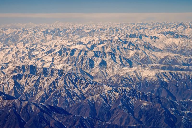 与雪,鸟瞰图的山 地面 环境保护和生态 旅行癖和旅行 绿色认为 库存图片