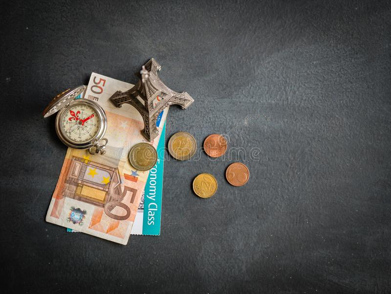 与50欧元钞票和登机牌的埃菲尔铁塔 库存图片