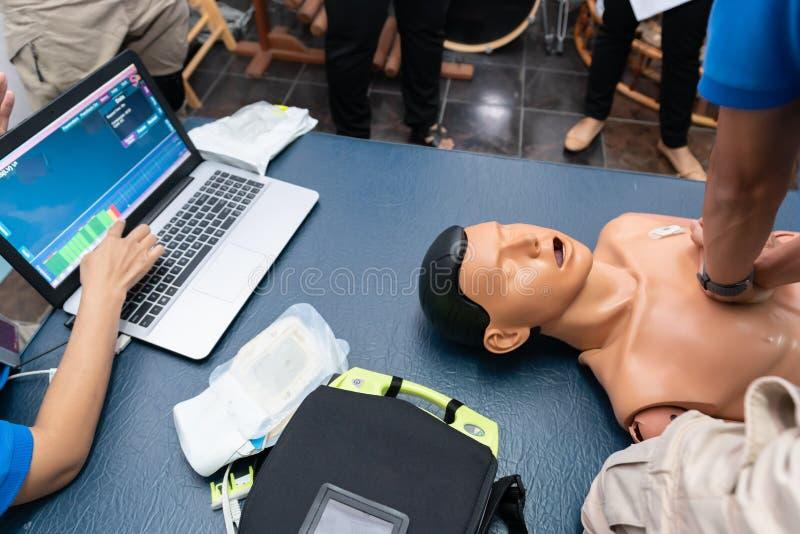与CPR玩偶和Am-bu袋子的CPR训练透气复活的 图库摄影