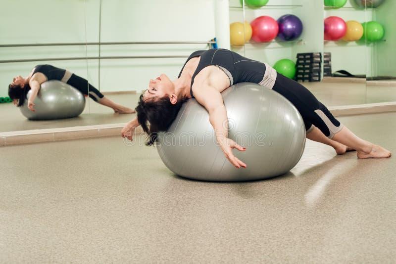 与fitball的妇女训练 免版税库存照片