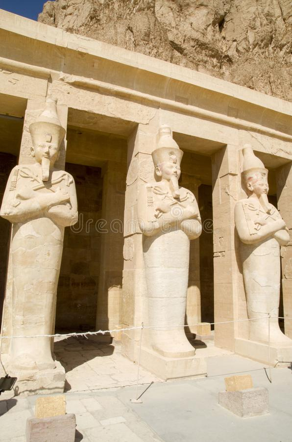 与Hatshepsut,卢克索允诺的Osiride雕象的大阳台柱子在太平间Hatshepsut寺庙的 免版税库存图片