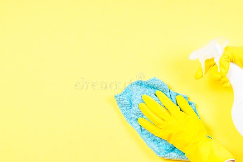 与microfiber旧布、手套和清洁浪花代理的清洗的概念 免版税库存照片