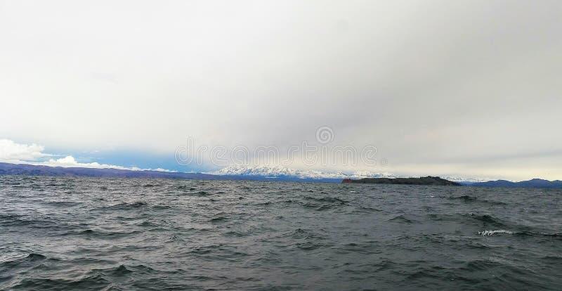 与titicaca湖的积雪的illampu 图库摄影