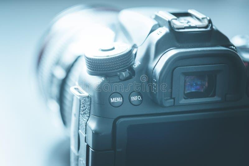 专业拍摄:与远摄镜头,保险开关的反光照相机 免版税库存照片